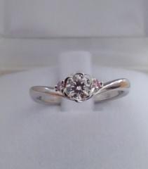 【TRECENTI(トレセンテ)の口コミ】 かわいいお花のデザインとさり気ないピンクダイヤに惹かれて。 ピンクダイ…