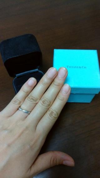 【ティファニー(Tiffany & Co.)の口コミ】 シンプルですがVカットが指を綺麗に見せてくれます。このデザインだと男性…