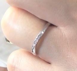 【Miss Platinumの口コミ】 プラチナとダイヤで探していました。 結婚指輪はシンプルなもので飽きがこ…