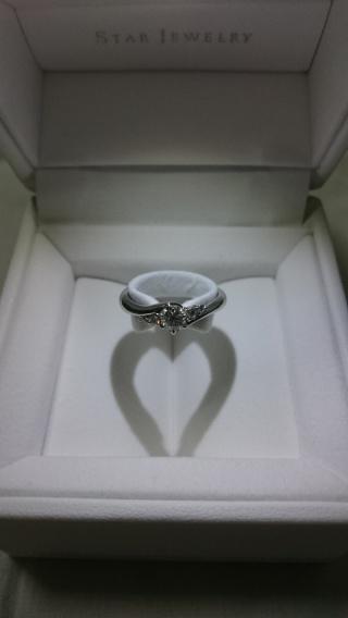 【スタージュエリー(STAR JEWELRY)の口コミ】 メインのダイヤモンドの横にも小さなダイヤモンドが並び、シンプルすぎな…
