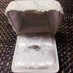 【宝石工房ヴァンモアの口コミ】 フラワーデザインに一目惚れをして、決めました。ダイヤモンドは旦那が0.…