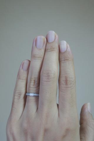 【PILOT BRIDAL(パイロットブライダル)の口コミ】 シンプルなのに、品のあるデザインに惹かれました。女性指輪の表面には小…