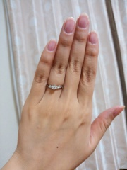 【アンジェリックフォセッテ(Angelique Fossette)の口コミ】 デザインがとても美しく、私の指によく似合ったため。0.21カラットでも…