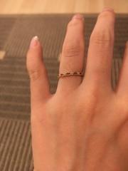【ジル スチュアート(JILLSTUART)の口コミ】 小柄で可愛らしいリングです。 ピンクゴールド色で肌馴染みも良く、目立ち…