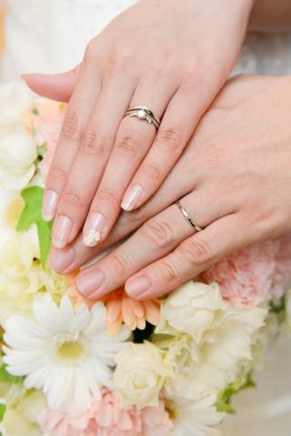 【アンジェリックフォセッテ(Angelique Fossette)の口コミ】 婚約指輪を先に選んだため、その指輪のカーブに合うものを選びました。流れ…