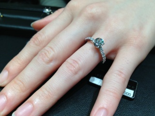 【ラザール ダイヤモンド(LAZARE DIAMOND)の口コミ】 ダイヤモンドの輝きがとにかくすごいです! 七色にものすごく光るので、ダ…