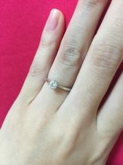 【銀座ダイヤモンドシライシの口コミ】 細いデザインの婚約指輪を探していました。何気なく見に行ったのですが、…