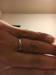 【BLOOM(ブルーム)の口コミ】 この指輪はある意味一目ぼれで購入しました。年齢いっての結婚でしたのであ…