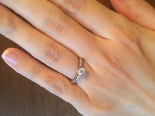 【エクセルコダイヤモンド(EXELCO DIAMOND)の口コミ】 一粒ダイヤの婚約指輪に憧れていました。 飾りがなくても華やかなリングを…