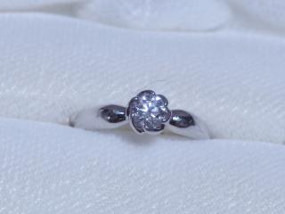 【TRECENTI(トレセンテ)の口コミ】 ダイヤを囲む爪留めが花の形になっていてるので、より一層ダイヤが大きく…