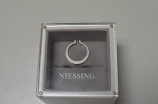 【NIESSING(ニーシング)の口コミ】 婚約指輪はどうしても女性らしいデザインが多く、どれも好みではなかった…