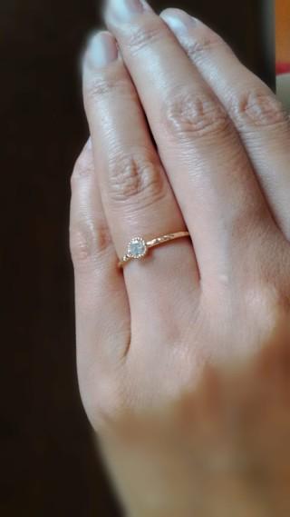 【メデルジュエリー(Mederu jewelry)の口コミ】 全体的に細く華奢な感じが気に入った。せっかくの婚約指輪なので、何か石…
