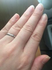 【Petit Marie(プチマリエ)の口コミ】 シンプルながらもダイヤがポイントの指輪です。裏側には、誕生石とイニシャ…