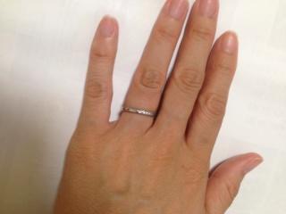 【銀座ダイヤモンドシライシの口コミ】 ストレートやウェーブなど色々とつけましたが、自分の指につけた時にストレ…