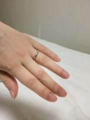 【銀座ダイヤモンドシライシの口コミ】 結婚指輪は似たようなデザインが多いですが、太さやエッジの出方など、細…