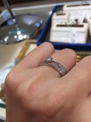 【宝石の玉屋の口コミ】 写真はメビウスという指輪です。 エンゲージもマリッジも片側だけにメレダ…