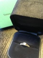 【ティファニー(Tiffany & Co.)の口コミ】 婚約指輪、ティファニーにするかヴァンクリにするかで悩みましたが、 「や…