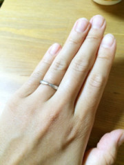 【ティファニー(Tiffany & Co.)の口コミ】 真ん中が少し下に下がっているデザインで、この指輪とダイヤモンドがついた…
