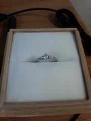 【Cafe Ring(カフェリング)の口コミ】 婚約指輪は当初買う予定はありませんでした。が、この指輪は雑誌で見てい…