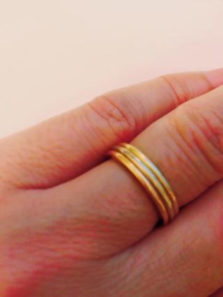 【カルティエ(Cartier)の口コミ】 まだ20代で働いていたこともあり、結婚指輪にありがちなプラチナの指輪に…