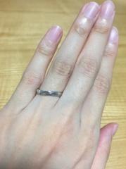 【銀座ダイヤモンドシライシの口コミ】 ウェーブデザインを探しており、男性でも抵抗感のない緩やかさと女性側はサ…