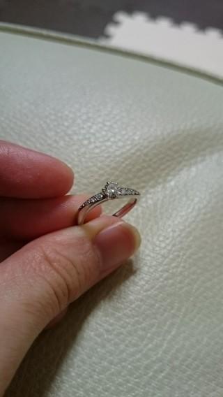 【ROYAL ASSCHER(ロイヤル・アッシャー)の口コミ】 なめらかな曲線が色白の肌に似合うことと、サイドのダイヤも綺麗であったこ…