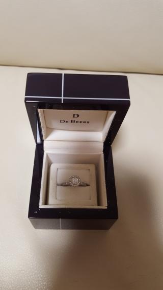 【デビアス(DE BEERS)の口コミ】 結婚指輪を予め決めていたので、そちらと重ねづけできるデザインがよかった…