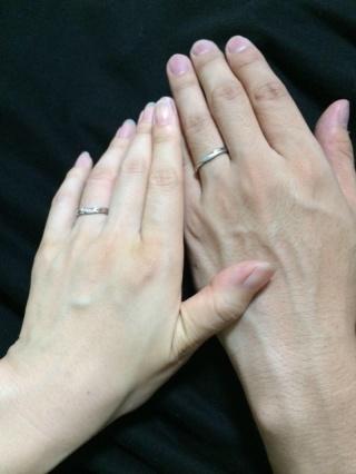 【銀座ダイヤモンドシライシの口コミ】 指につけたとき、自然に指に馴染んでいるデザインが気に入りました。新郎側…
