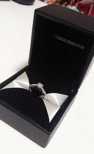 【エクセルコダイヤモンド(EXELCO DIAMOND)の口コミ】 半周をぐるっと覆うメレダイヤの輝きと、台座に乗った一粒石の品質の良さが…