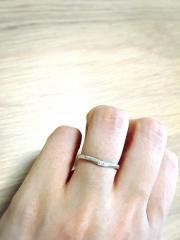【canal4℃(カナルヨンドシー)の口コミ】 細めのタイプを探していたところにこの指輪に出会いました。ダイヤが3つ埋…