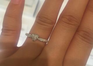 【スタージュエリー(STAR JEWELRY)の口コミ】 ハート形のセンターダイヤがとても可愛らしく、ハーフエタニティであるた…