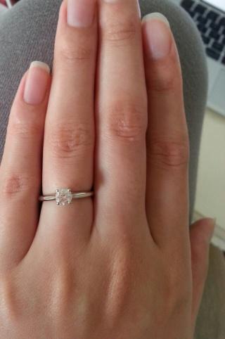 【カルティエ(Cartier)の口コミ】 婚約指輪は絶対に王道デザインの一粒ダイヤと昔から決めていました。 王道…