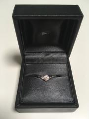 【ラザール ダイヤモンド(LAZARE DIAMOND)の口コミ】 私は指が太くて短いので、少しでも指を長く見せてくれるV字ラインのデザイ…