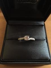 【ラザール ダイヤモンド(LAZARE DIAMOND)の口コミ】 指輪を横から見た時のブリッジのラインが美しすぎて一目惚れ。2年以上経っ…
