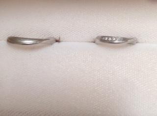 【Romantic Blue(ロマンティックブルー)の口コミ】 指輪の裏面への刻印が無料なのと、ブルーサファイアの石を埋め込んでもらえ…