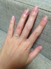 【AHKAH(アーカー)の口コミ】 真ん中のダイヤがとてもきれいに輝いてたのと、リングが華奢な細いタイプ…