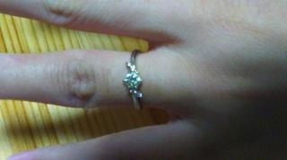 【PORTADA(ポルターダ)の口コミ】 一粒ダイヤのまわりのピンクダイヤモンドのデザインがめずらしい形でとても…