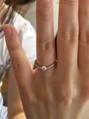 【Flowers(フラワーズ)の口コミ】 可愛らしいV字の形状に片側にダイヤモンドが流れるようにはめ込まれてい…