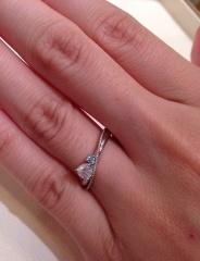 【Mariage(マリアージュ)の口コミ】 メインのダイヤモンドのサイドに小さなブルーダイアモンドがそえられており…