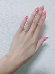 【銀座ダイヤモンドシライシの口コミ】 デザインの可愛さに一目惚れしました。真ん中のダイヤを小さなダイヤがお…