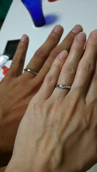 【4℃(ヨンドシー)の口コミ】 指が綺麗に見えるデザインが良かったので、ダイヤが斜めに流れるように入っ…