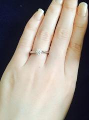 【エクセルコダイヤモンド(EXELCO DIAMOND)の口コミ】 ゼクシィやインターネットで様々なメーカーを見ていたところ、この指輪にビ…