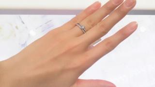 【アーヴェルシュシュ(arbel shushu)の口コミ】 こちらの婚約指輪は真ん中のブリリアントカットのダイヤモンドの両サイド…