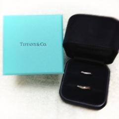 【ティファニー(Tiffany & Co.)の口コミ】 主人からもらった婚約指輪と重ね付けがぴったりな結婚指輪を探していまし…