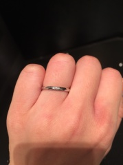 【ラザール ダイヤモンド(LAZARE DIAMOND)の口コミ】 毎日つける為、シンプルさを求めました。細身で少しウェーブがあり、手に…
