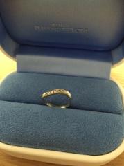 【銀座ダイヤモンドシライシの口コミ】 いろんな形の指輪をはめてみて、ウェーブの形が一番自分の指にしっくりと…