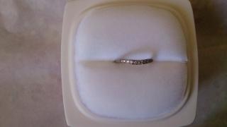 【俄(にわか)の口コミ】 V字型なので、指が長く綺麗に見えました。 ダイヤモンドも一周ではないの…