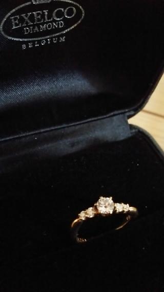 【エクセルコダイヤモンド(EXELCO DIAMOND)の口コミ】 婚約指輪はゴールドでメレダイヤモンドで指がきれいに見えるデザインで、、…
