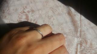 【サマンサシルヴァブライダルの口コミ】 関節がふとく、真っ直ぐな指輪だと指の短さが目立つので、ななめのデザイ…