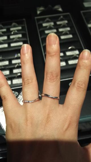 【銀座ダイヤモンドシライシの口コミ】 指がきれいに見えるというV字に惹かれた。また、ひねってあるデザインやダ…